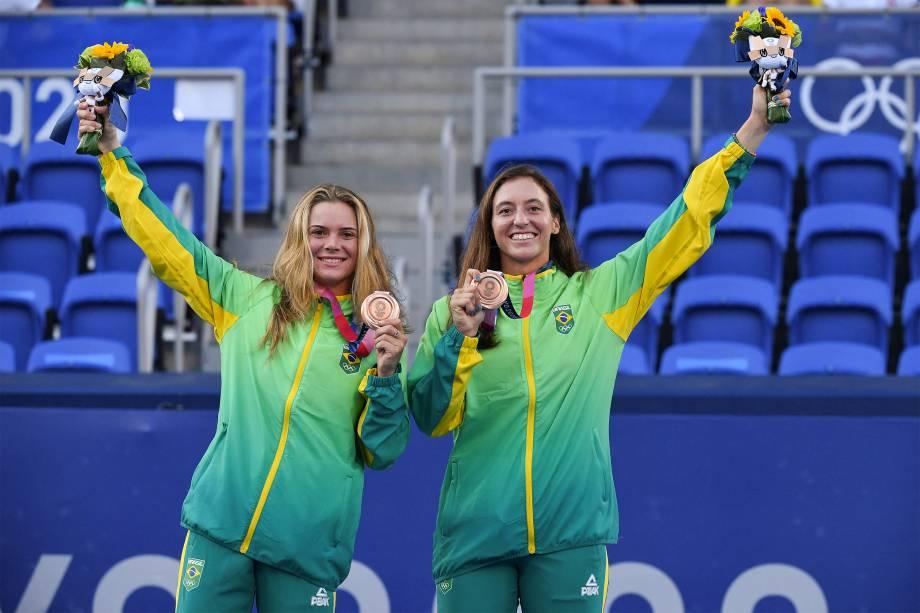As brasileiras Laura Pigossi (e) e Luisa Stefani ganham o bronze no tênis de dupla -