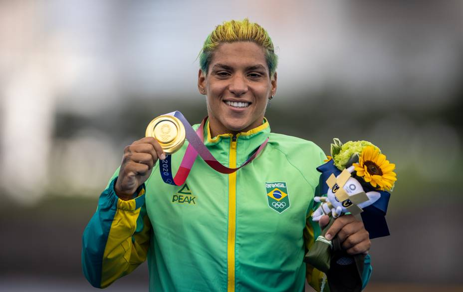 A atleta Ana Marcela com a sua medalha de ouro conquistada na maratona aquática -
