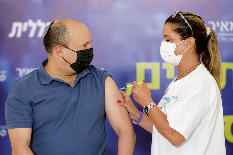 UMA DOSE A MAIS -O primeiro-ministro de Israel, Bennett: três vacinas -