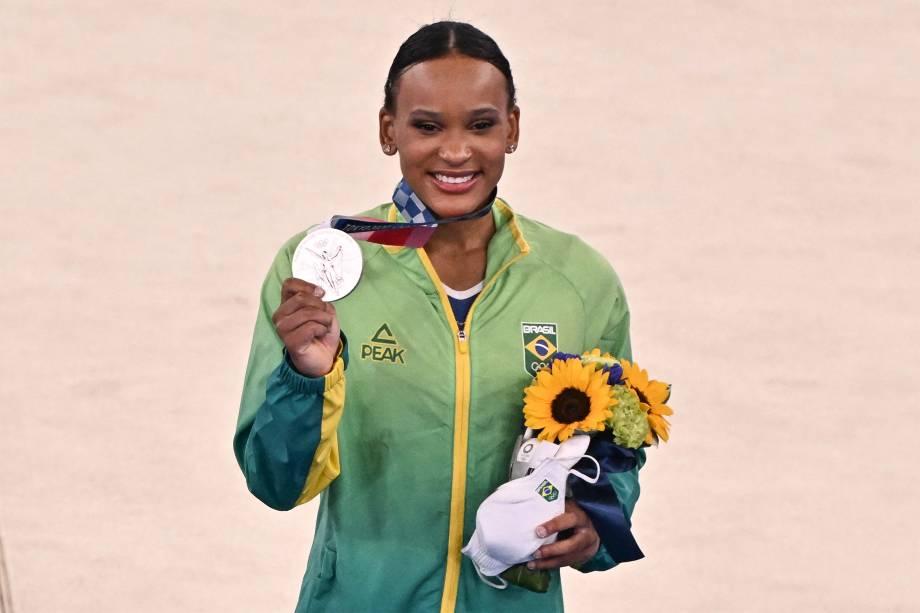 Rebeca Andrade, do Brasil, recebe a medalha de prata da ginástica artística -
