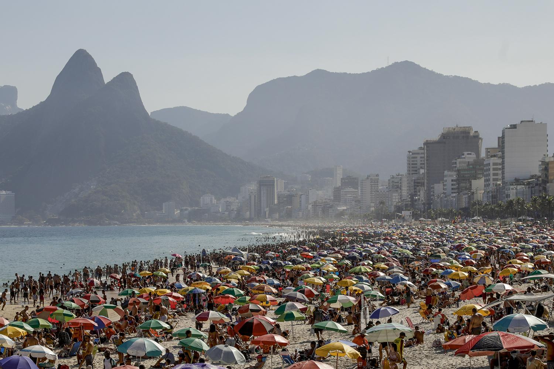EUFORIA PRECOCE -Rio de Janeiro, 40 graus: mesmo com o crescimento de casos, a opção foi curtir a praia -