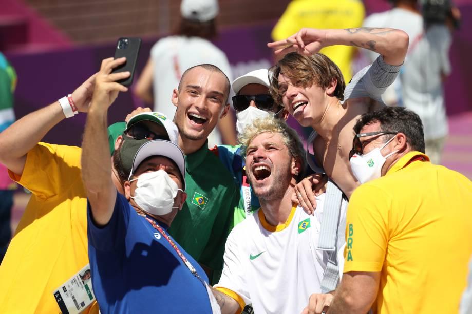 Pedro Barros comemorando com a delegação brasileira -