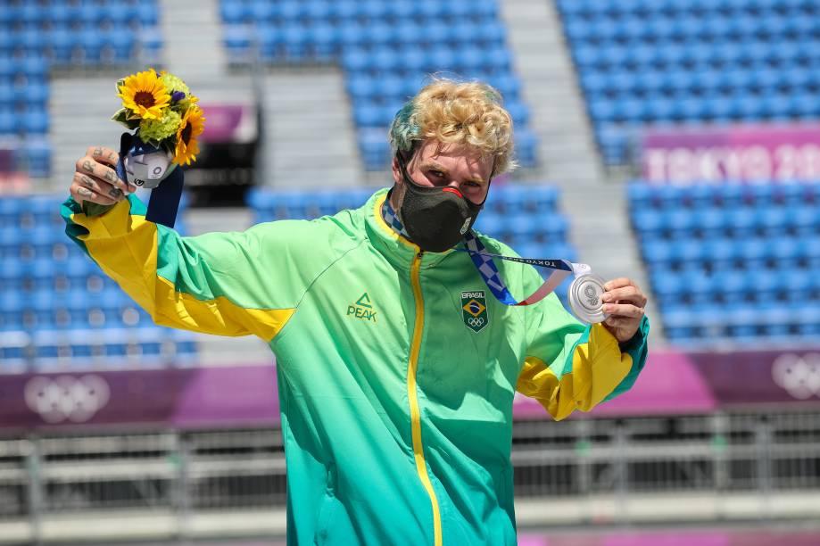Pedro Barros exibindo sua medalha de prata conquistada -