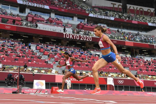 USA's Sydney Mclaughlin (R) wins the women's 400m hurdles final ahead of USA's Dalilah Muhammad setting a new world record during the Tokyo 2020 Olympic Games at the Olympic Stadium in Tokyo on August 4, 2021. (Photo by Jewel SAMAD / AFP)
