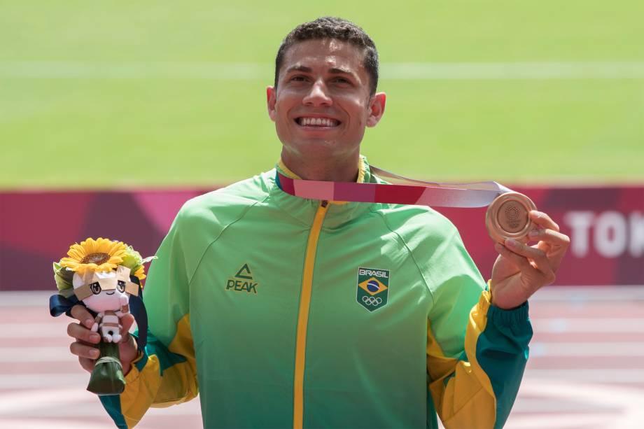 O atleta Thiago Braz, do Brasil, recebe a medalha de bronze do salto com vara -
