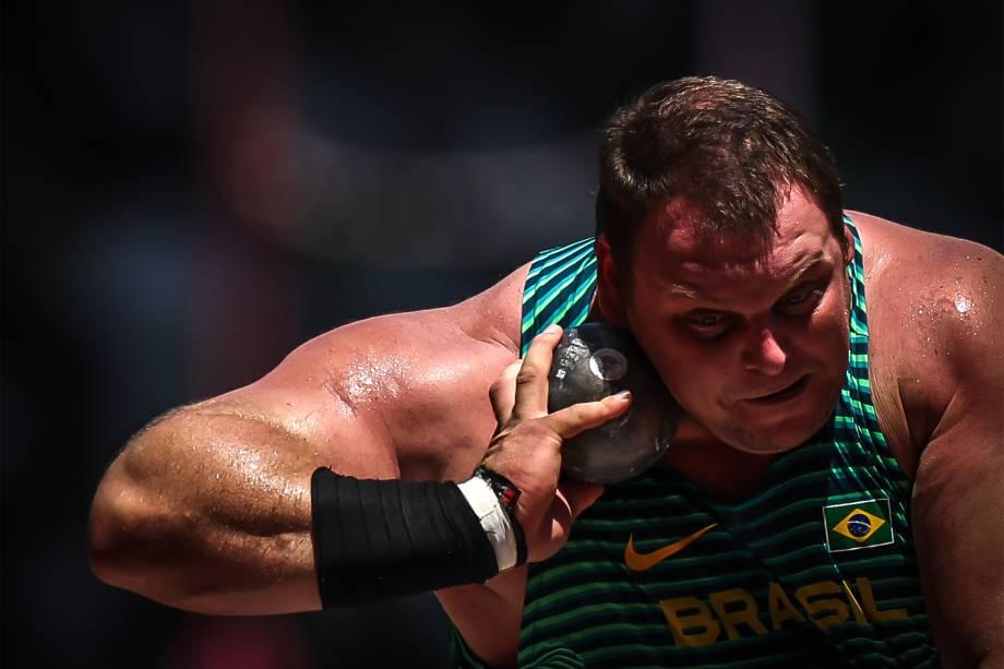 O atleta Darlan Romani na prova do arremesso de peso -