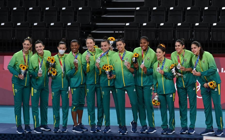 As jogadoras do vôlei feminino com a medalha de prata -
