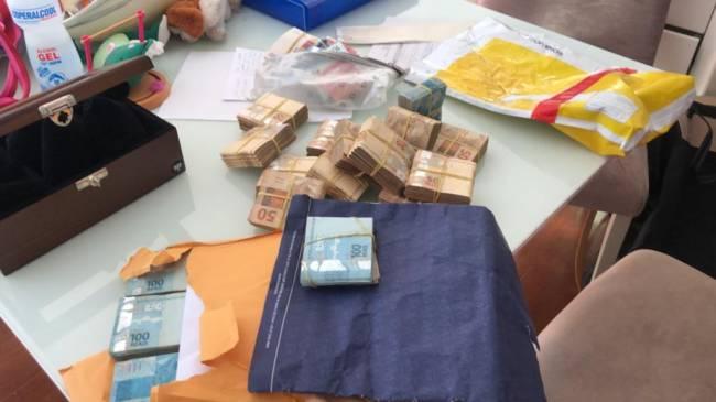 Parte do dinheiro foi encontrada em envelopes