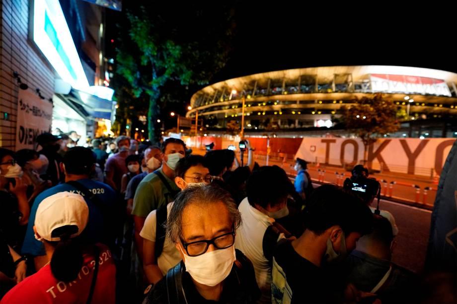 Público do lado de fora do Olympic Stadium na cerimônia de encerramento -