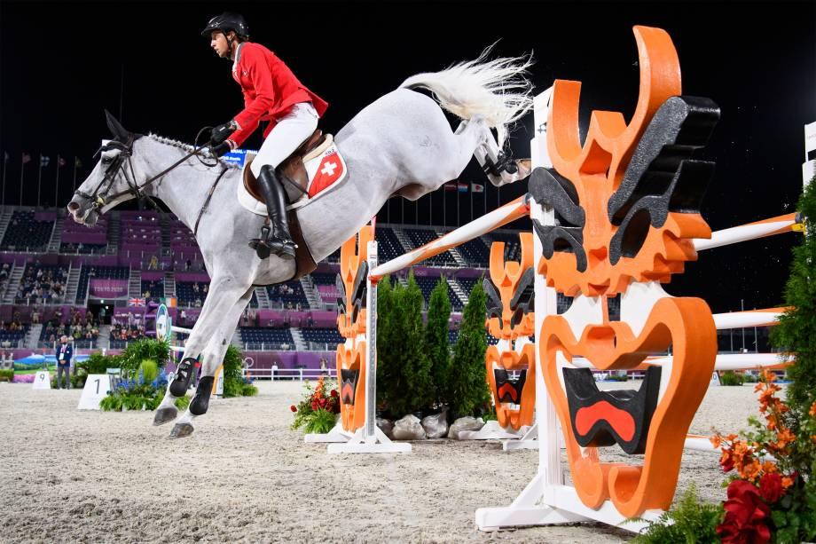 Martin Fuchs, da Suíça, monta o 'Clooney 51' na competição de salto equestre -