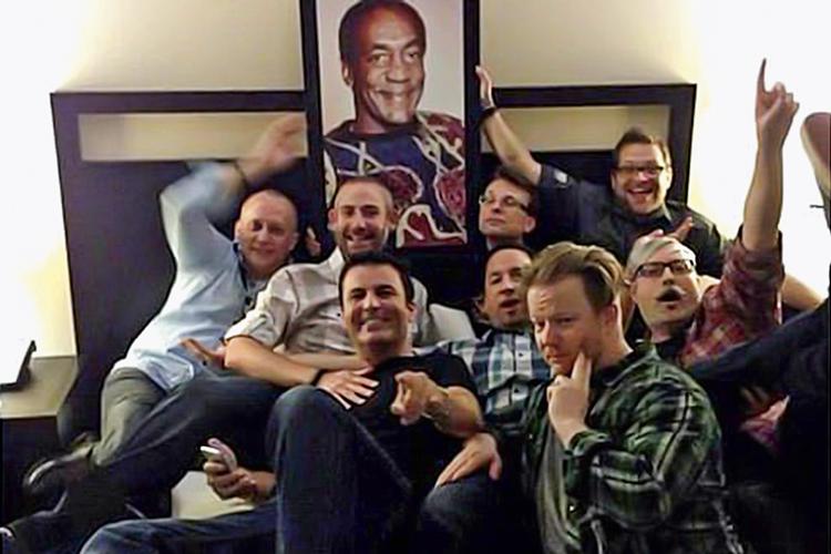 COSBY SUITE -Pose: grupo no quarto com nome de comediante condenado -