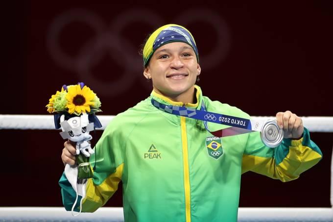 Beatriz Ferreira com a medalha de prata'