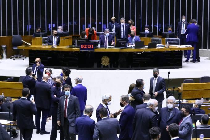 Deputados se reúnem para votar PEC sobre 'distritão' e coligações partidárias – 11/08/2021 –
