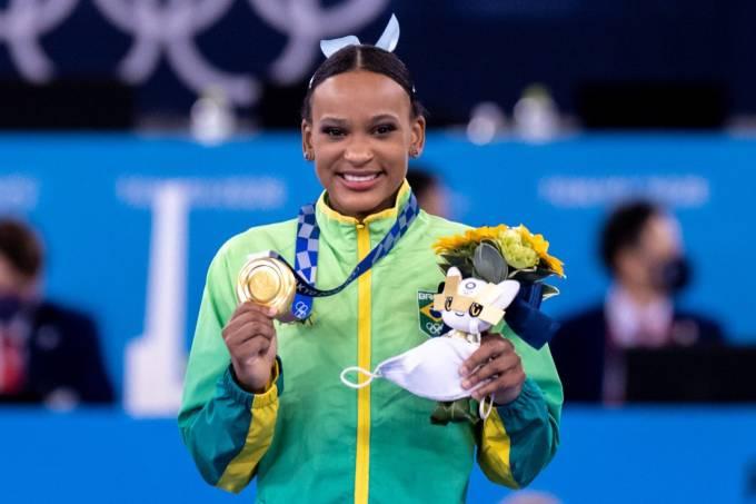 Rebeca Andrade posa com a medalha de ouro do salto