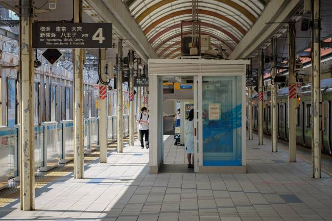 Fumódromos nas plataformas das estações de trem se tornaram salas de espera (Carlos Kato)