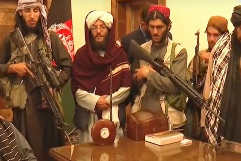 Membros do Talibã dentro do Palácio Presidencial