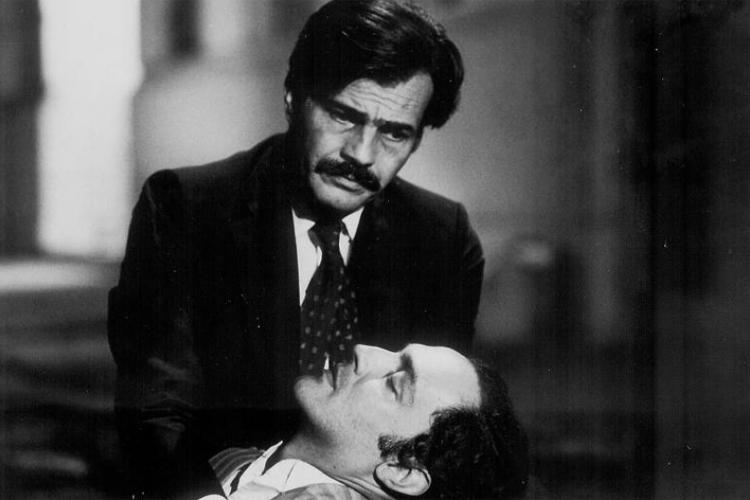 Tarcísio Meira e Ney Latorraca em cena de 'Um Beijo no Asfalto', marco da dramaturgia brasileira