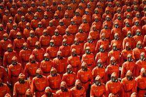 Ala de pessoas vestidas com trajes de proteção contra materiais tóxicos durante desfile militar em celebração do 73º aniversário da Coreia do Norte, em Pyongyang. 09/09/2021