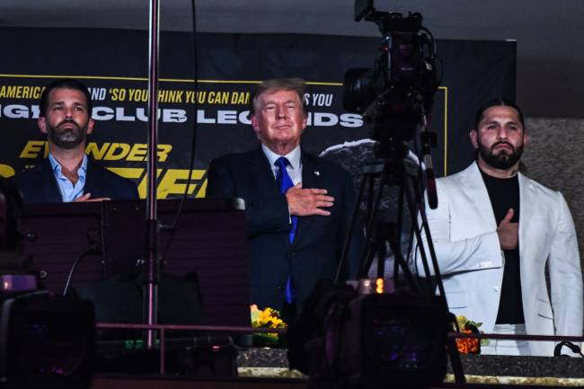 Donald Trump canta o hino nacional americano antes de luta de Belfort e Holyfield