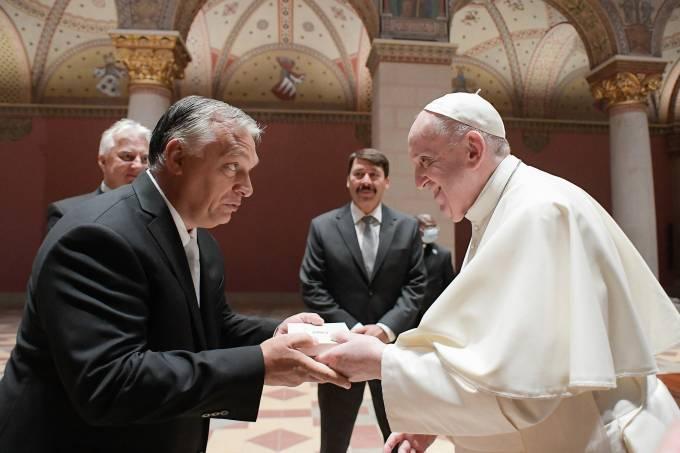 Viktor Orban cumprimenta o Papa Francisco no Museu de Belas Artes de Budapeste
