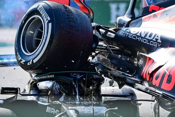 Carro de Max Verstappen passou por cima do de Lewis Hamilton no GP de Monza