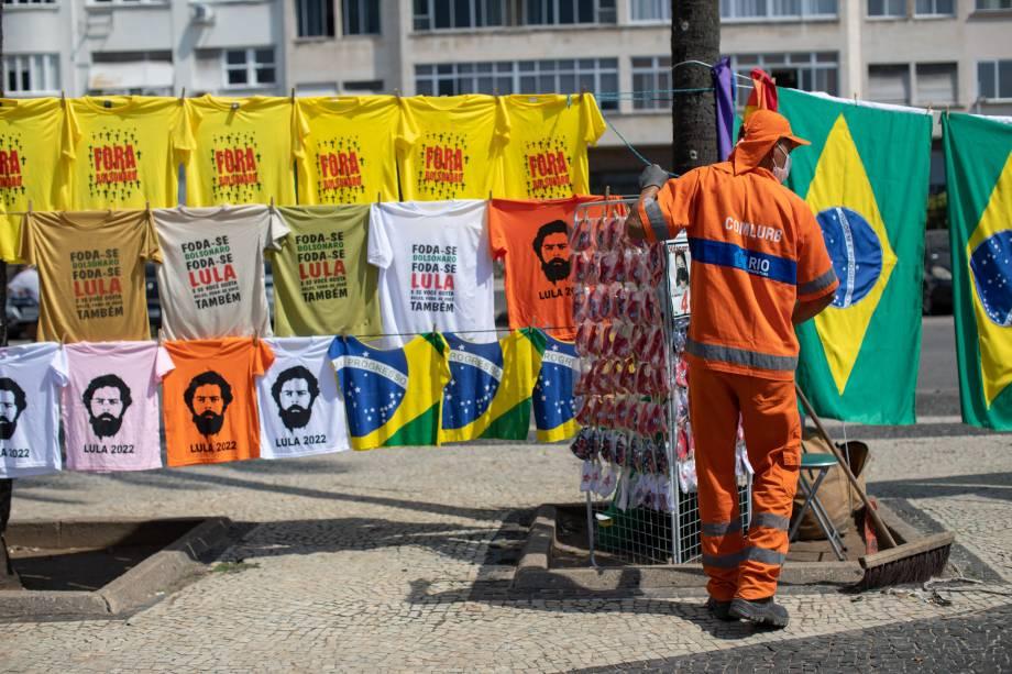 Camisetas contra e a favor de Lula foram vendidas em protesto em Copacabana, no Rio de Janeiro