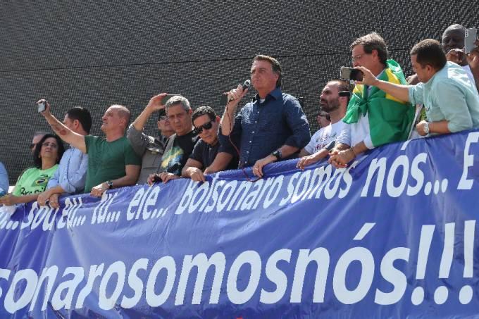 Bolsonaro discursa em Brasília ao lado de ministros, o vice Hamilton Mourão e o filho Eduardo Bolsonaro – 07/09/2021 –