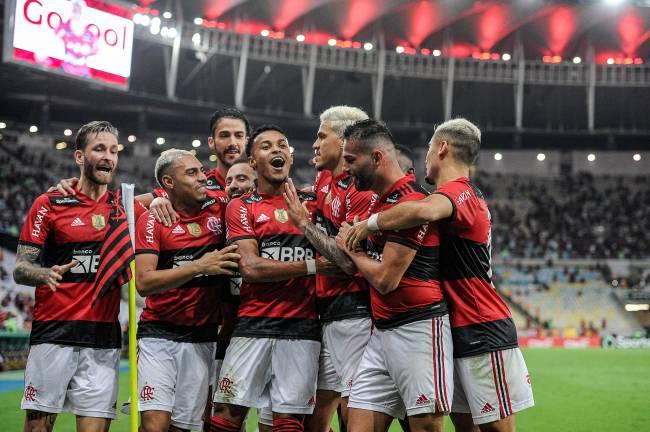 Jogadores do Flamengo comemoram diante do Grêmio com torcida ao fundo no Maracanã -