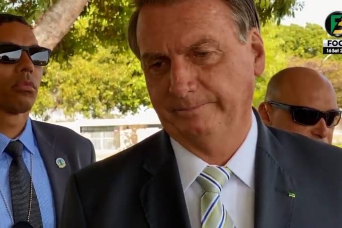 O presidente Jair Bolsonaro fala com apoiadores no cercadinho do Palácio da Alvorada, na manhã desta quinta-feira