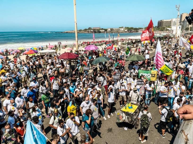 Manifestantes pedem o impeachment de Bolsonaro no Rio de Janeiro neste domingo, 12