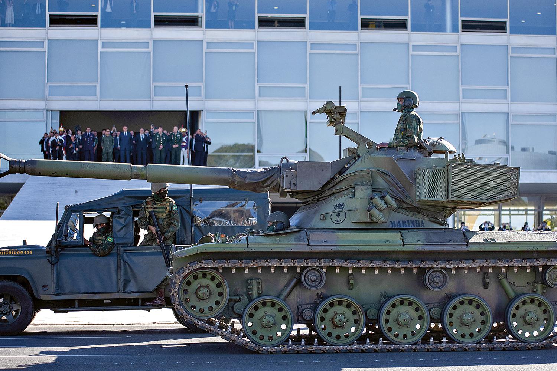 EXAGEROS -Desfile de tanques na Esplanada dos Ministérios: Bolsonaro reconhece que extrapolou em algumas ocasiões -