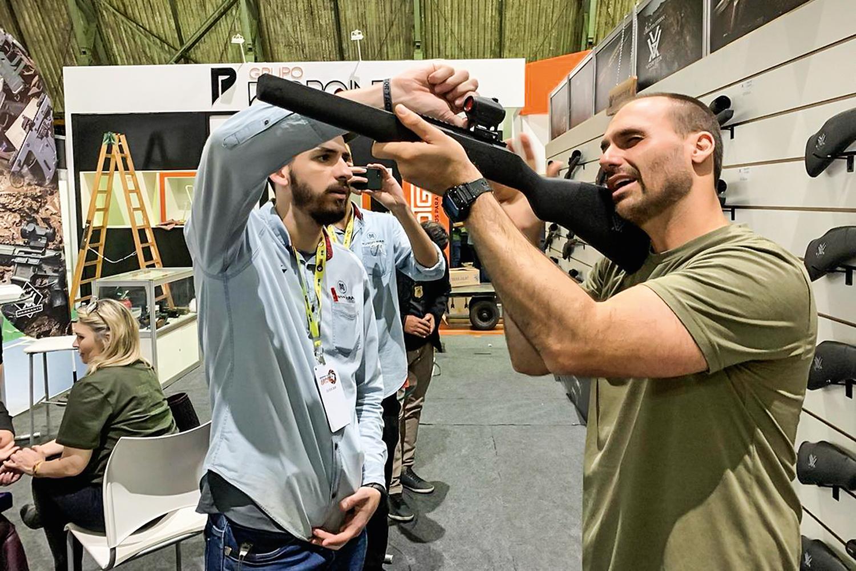 """FIXAÇÃO -Eduardo: visita à feira de armas em Joinville, o """"Texas brasileiro"""" -"""