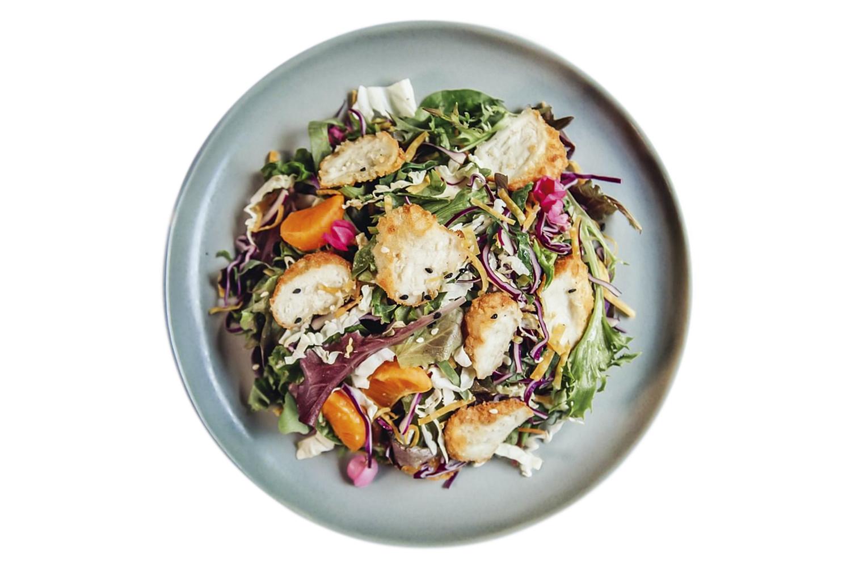 É O QUE PARECE - Salada com frango cultivado servida no restaurante Madame Fan, em Singapura. O local é o primeiro do mundo a assumir o compromisso de substituir o frango convencional pelo à base de células-tronco uma vez por semana, em horários fixos -