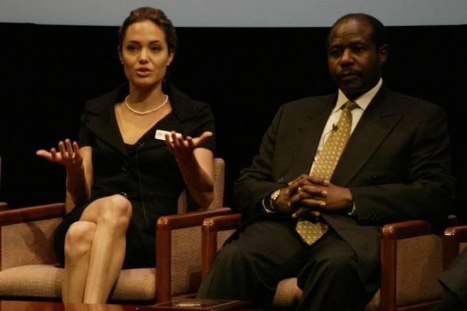 Paul Rusesabagina participa de evento pró-refugiados ao lado de Angelina Jolie, em 2005, em Washington