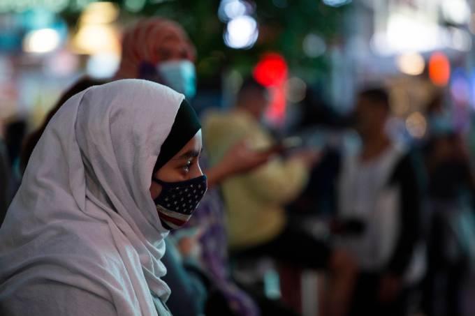 Mulher muçulmana passeia pela Times Square, em Nova York