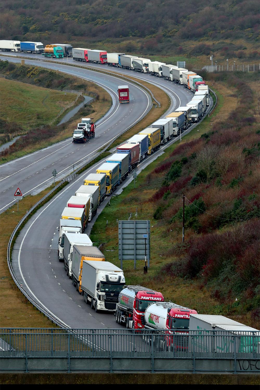 BUROCRACIA - Fila de caminhões na alfândega: entregas atrasadas -