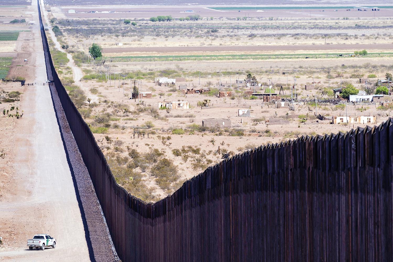 IMIGRAÇÃO ILEGAL -Muro na fronteira dos Estados Unidos: tentativa de conter a chegada de estrangeiros pelo México -