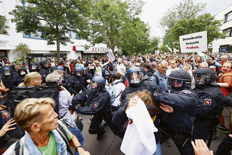 CANSAÇO -Manifestação contra lockdown em Berlim: a pandemia desgastou o apoio da população ao governo -