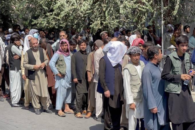 Afghans waiting in long queues outside banks in Kabulâââââââ