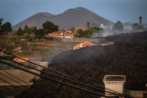 Lava avança a uma velocidade de 300 metros por hora sobre a região de Las Palmas, nas Canárias