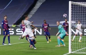 Robert Lewandowski marca na goleada por 8 a 2 sobre o Barcelona em 2020