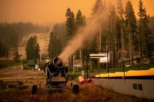 Lake Tahoe, na Califórnia: máquinas de fazer neve tentam frear chamas