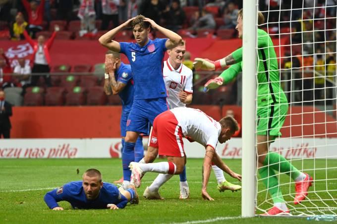 Damian Szymanski comemora gol da Polônia sobre a Inglaterra em Varsóvia