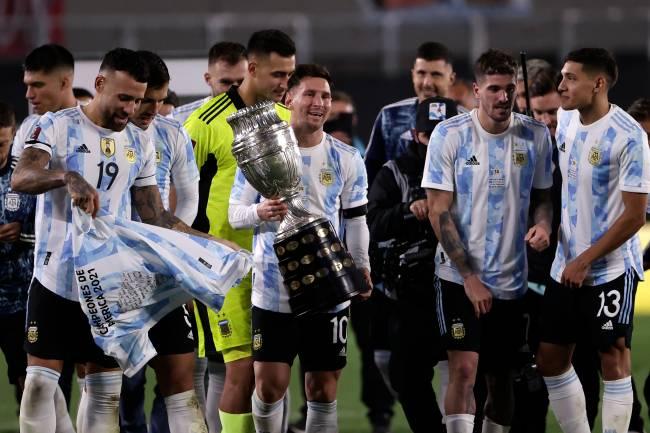 Lionel Messi e seus colegas posam com a taça da Copa América