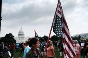Manifestantes pró-Trump reunidos em frente ao Capitólio neste sábado (18)