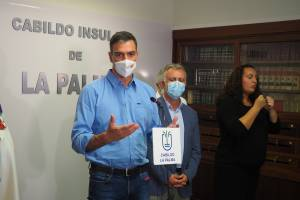 O primeiro-ministro da Espanha, Pedro Sachez, participa da operação de evacuação dos atingidos pelo vulcão Cumbre Vieja