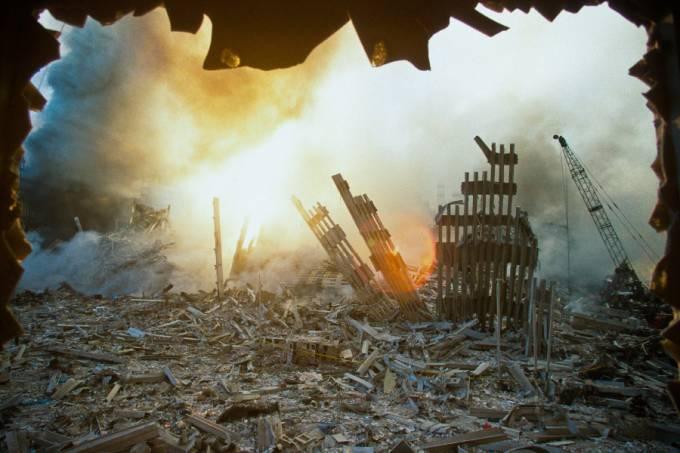 Escombros do World Trade Center após ataques terroristas de 11 de setembro de 2001 –