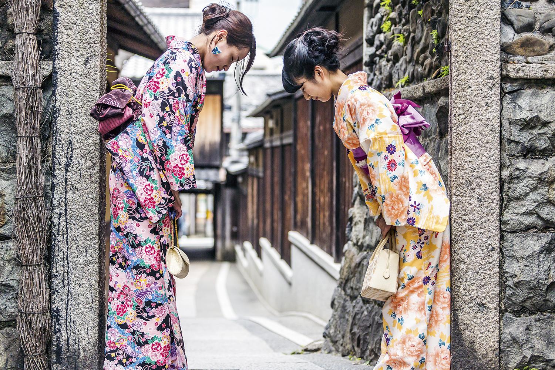 DISTÂNCIA -Japonesas se cumprimentam: inclinação em sinal de respeito -