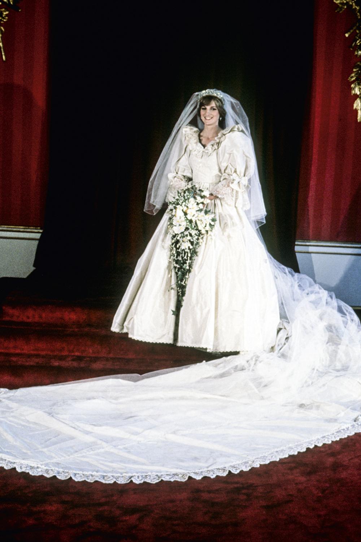 PASSADO -Modelito bolo confeitado: o vestido de casamento da princesa Diana tinha 10000 pérolas e uma cauda de 7,6 metros. Ele foi imitado por décadas, mas hoje quase ninguém se inspira em tanto volume e detalhes -