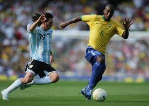 Estreia de Messi no clássico teve vitória brasileira por 3 a 0, em Londres, em 2006